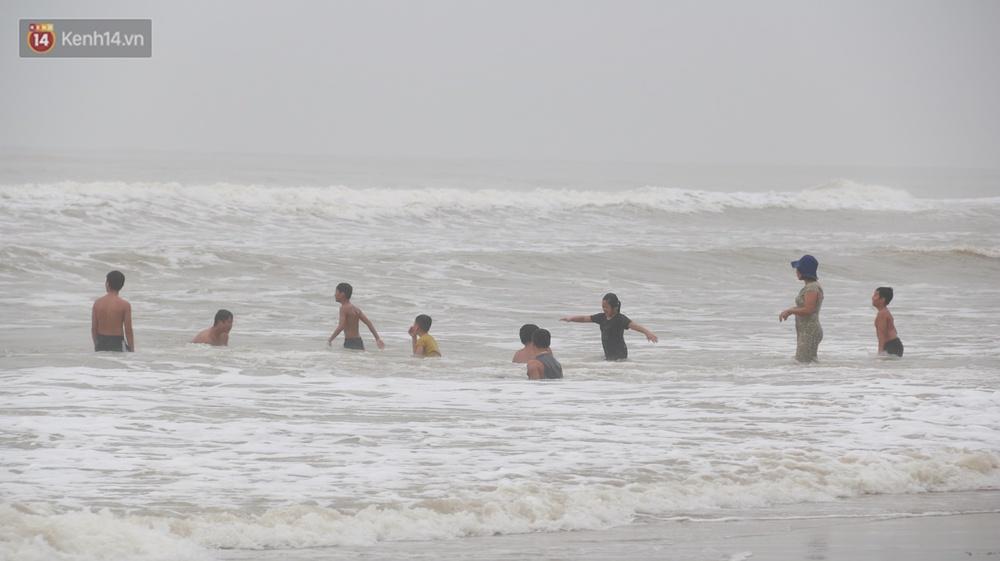 Ảnh: Bất chấp sóng động dữ dội sau bão, nhiều người vẫn liều lĩnh tắm biển Đà Nẵng - Ảnh 8.