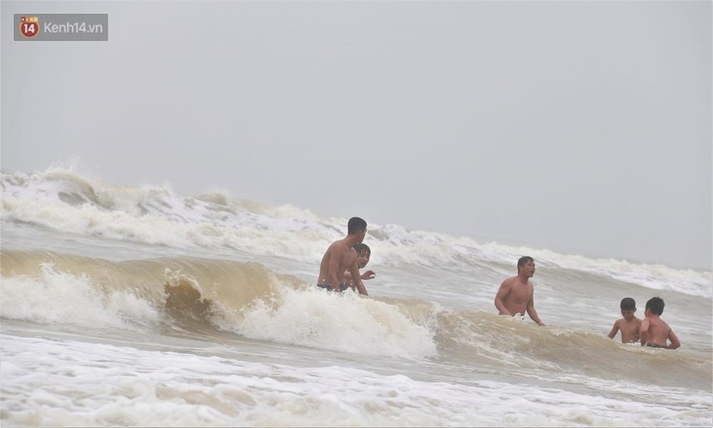Ảnh: Bất chấp sóng động dữ dội sau bão, nhiều người vẫn liều lĩnh tắm biển Đà Nẵng - Ảnh 5.