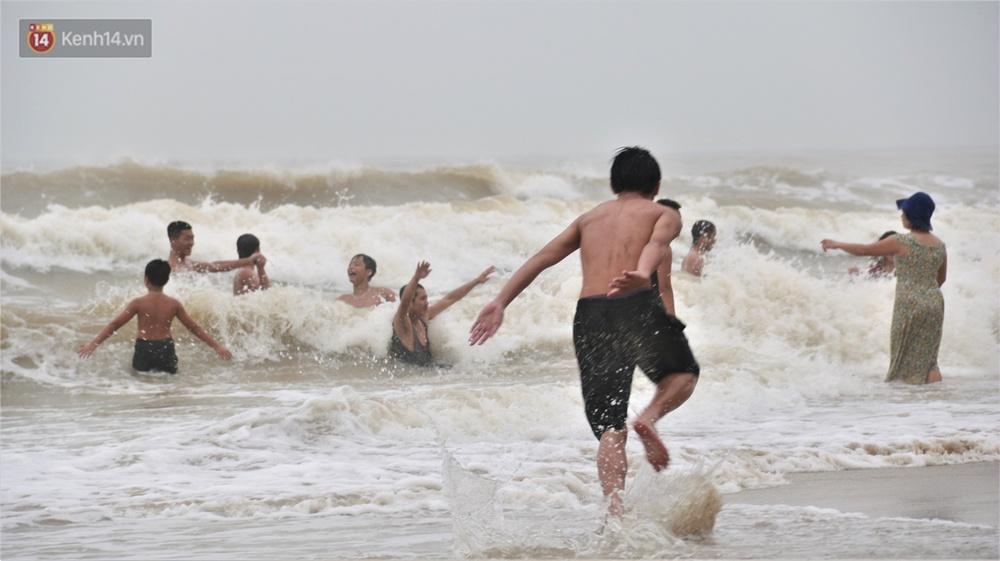 Ảnh: Bất chấp sóng động dữ dội sau bão, nhiều người vẫn liều lĩnh tắm biển Đà Nẵng - Ảnh 6.
