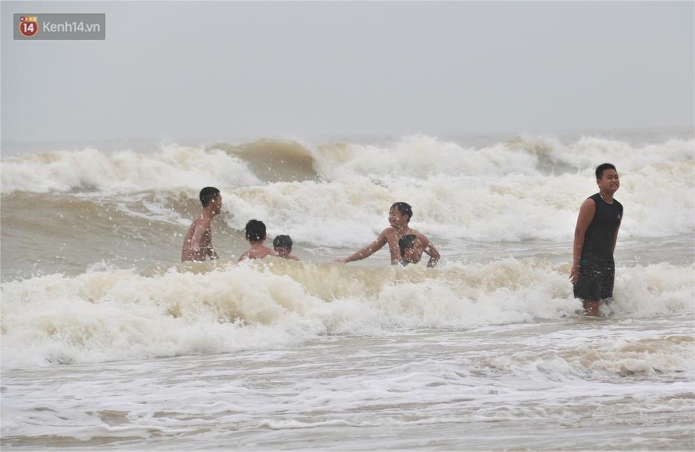 Ảnh: Bất chấp sóng động dữ dội sau bão, nhiều người vẫn liều lĩnh tắm biển Đà Nẵng - Ảnh 11.