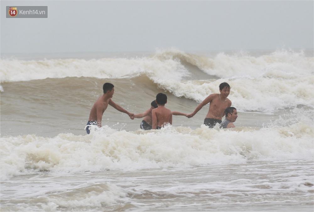 Ảnh: Bất chấp sóng động dữ dội sau bão, nhiều người vẫn liều lĩnh tắm biển Đà Nẵng - Ảnh 4.