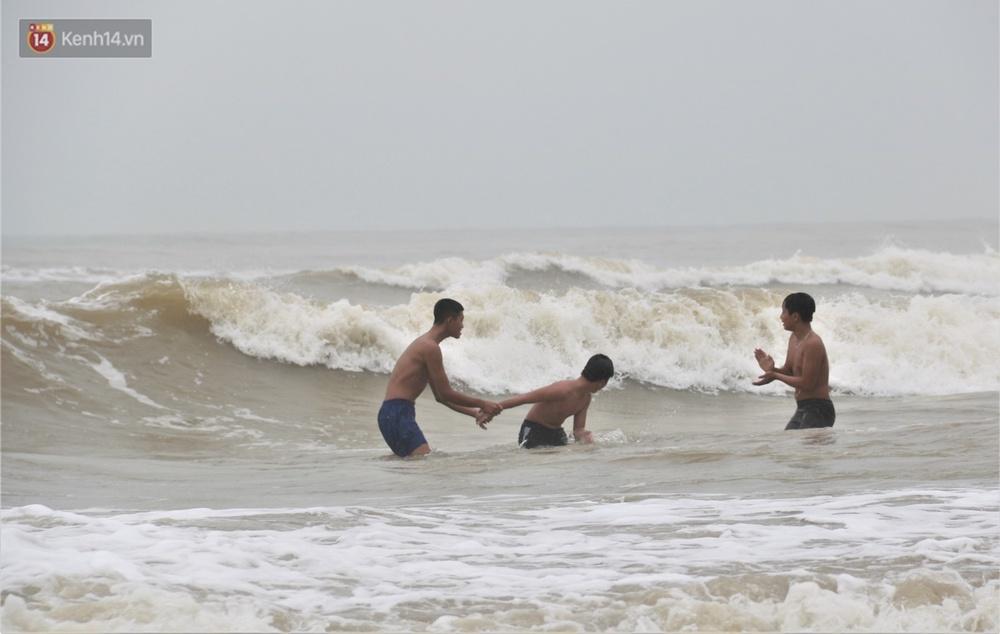 Ảnh: Bất chấp sóng động dữ dội sau bão, nhiều người vẫn liều lĩnh tắm biển Đà Nẵng - Ảnh 13.
