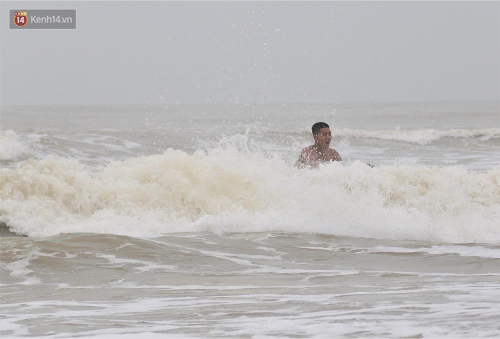 Ảnh: Bất chấp sóng động dữ dội sau bão, nhiều người vẫn liều lĩnh tắm biển Đà Nẵng - Ảnh 7.