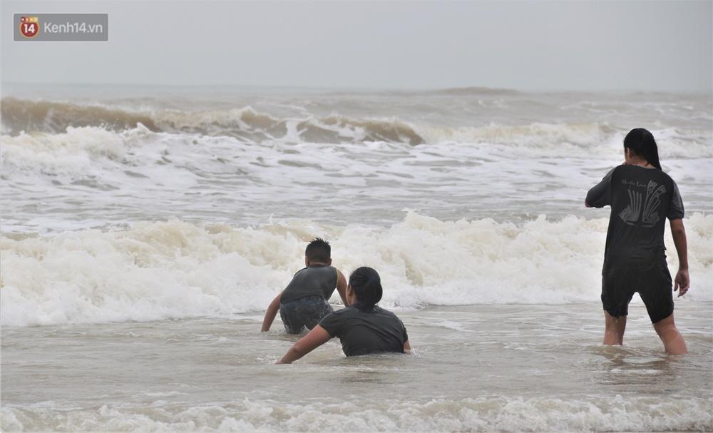 Ảnh: Bất chấp sóng động dữ dội sau bão, nhiều người vẫn liều lĩnh tắm biển Đà Nẵng - Ảnh 9.