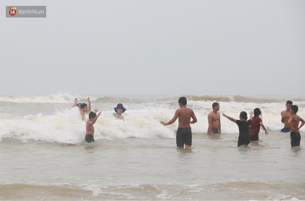 Ảnh: Bất chấp sóng động dữ dội sau bão, nhiều người vẫn liều lĩnh tắm biển Đà Nẵng - Ảnh 3.