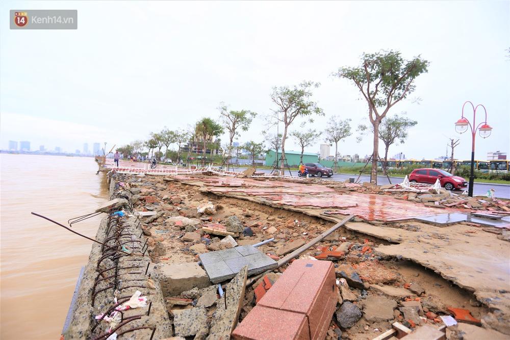Ảnh: Lần đầu có cảnh nước sông Hàn dâng cao, tràn lên đường gây hư hại đường phố, vỉa hè - Ảnh 8.
