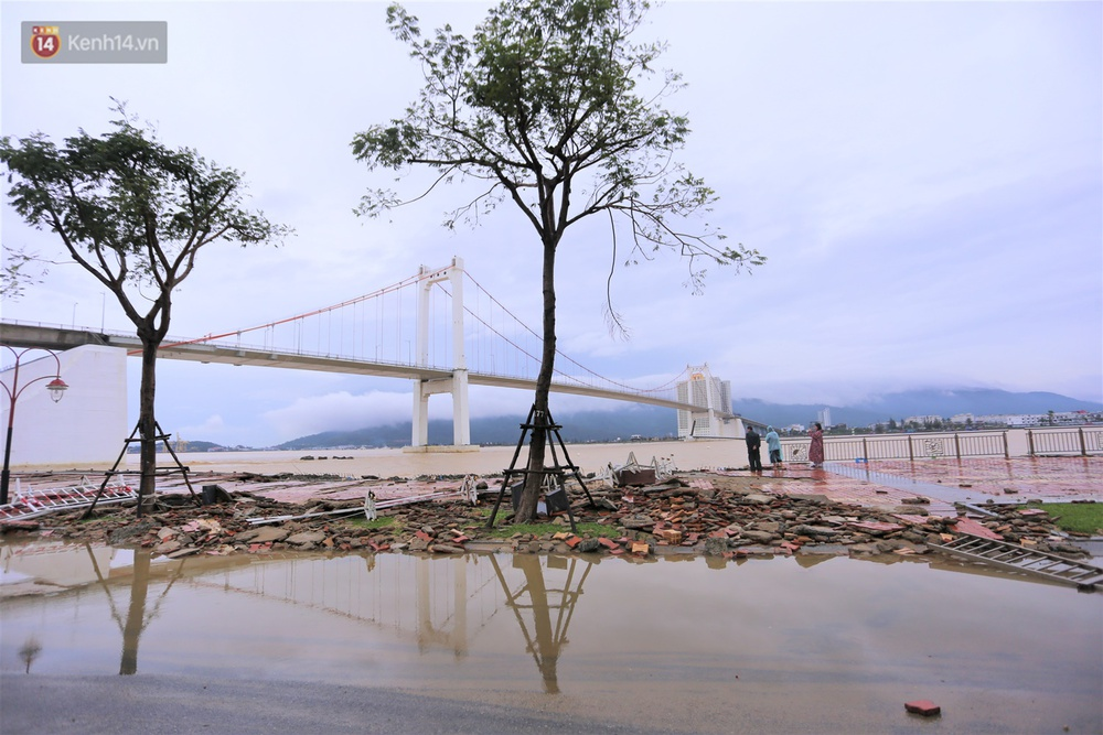 Ảnh: Lần đầu có cảnh nước sông Hàn dâng cao, tràn lên đường gây hư hại đường phố, vỉa hè - Ảnh 7.