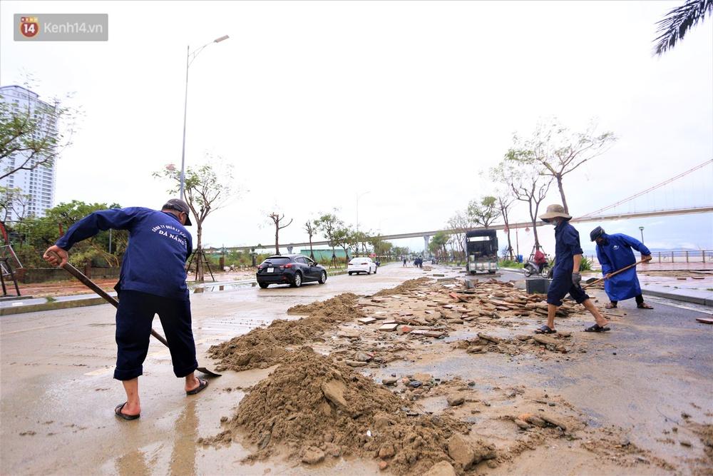 Ảnh: Lần đầu có cảnh nước sông Hàn dâng cao, tràn lên đường gây hư hại đường phố, vỉa hè - Ảnh 12.