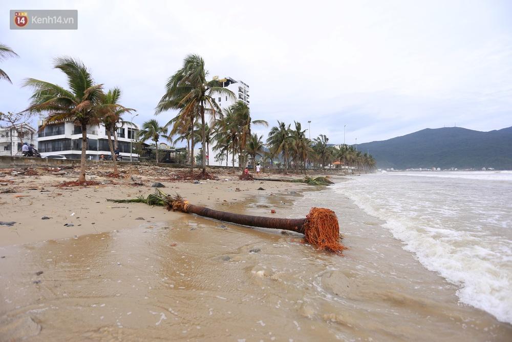 Ảnh: Bất chấp sóng động dữ dội sau bão, nhiều người vẫn liều lĩnh tắm biển Đà Nẵng - Ảnh 2.