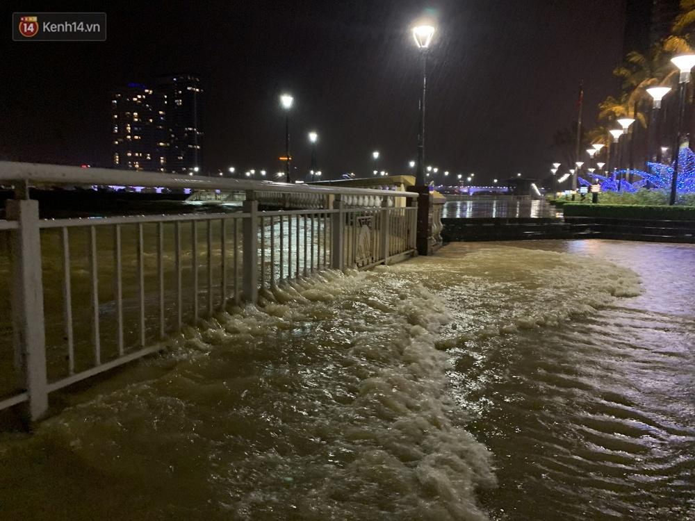 Ảnh: Lần đầu có cảnh nước sông Hàn dâng cao, tràn lên đường gây hư hại đường phố, vỉa hè - Ảnh 3.
