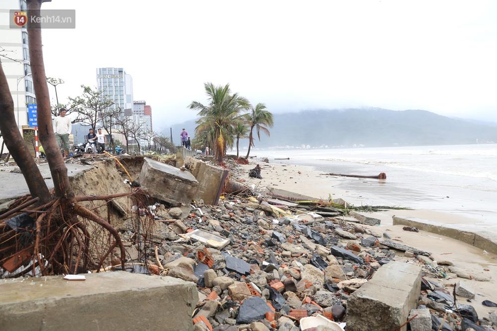 Ảnh: Bất chấp sóng động dữ dội sau bão, nhiều người vẫn liều lĩnh tắm biển Đà Nẵng - Ảnh 1.