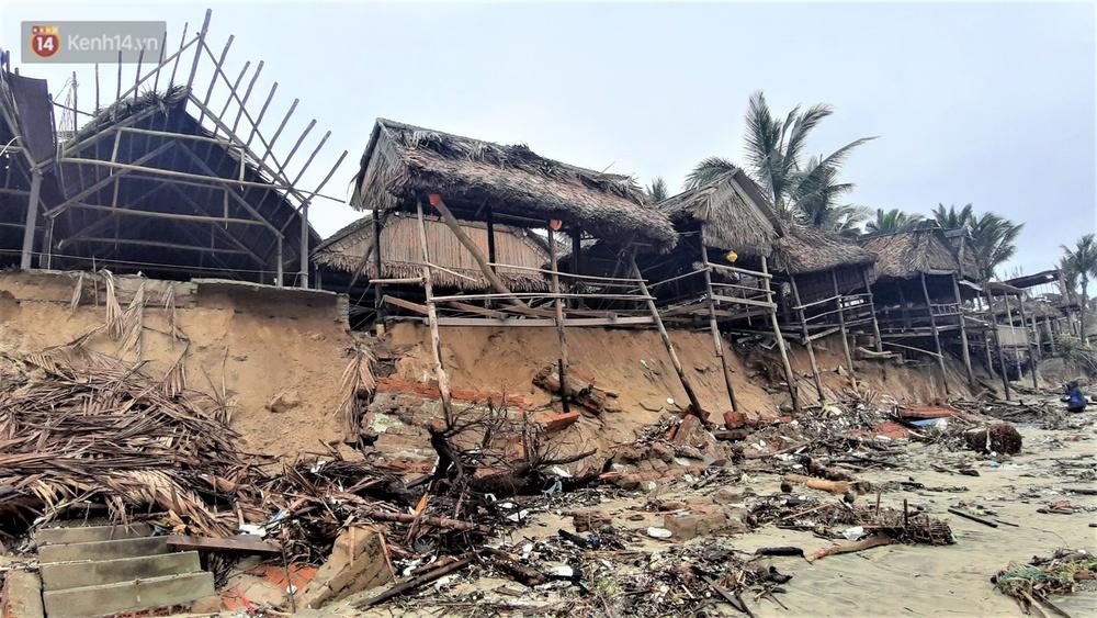 Người dân Hội An thẫn thờ nhìn bờ biển Cửa Đại, An Bàng tan hoang, hàng loạt căn nhà bị sóng biển nuốt chửng - Ảnh 4.