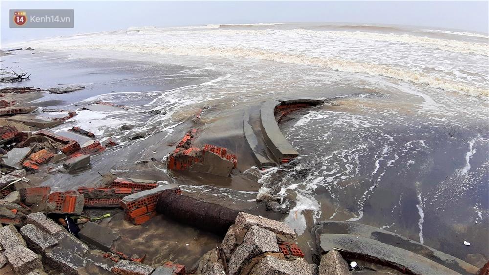 Người dân Hội An thẫn thờ nhìn bờ biển Cửa Đại, An Bàng tan hoang, hàng loạt căn nhà bị sóng biển nuốt chửng - Ảnh 18.