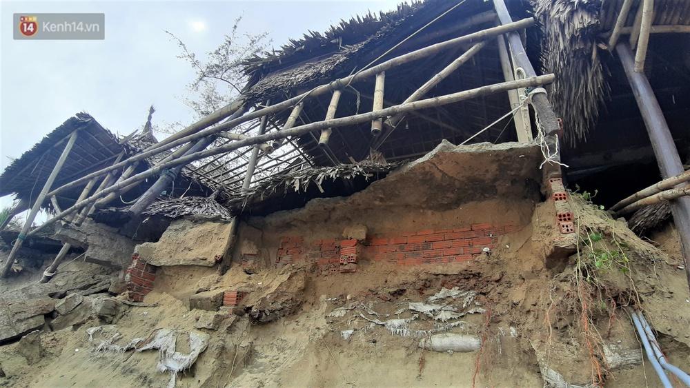 Người dân Hội An thẫn thờ nhìn bờ biển Cửa Đại, An Bàng tan hoang, hàng loạt căn nhà bị sóng biển nuốt chửng - Ảnh 9.