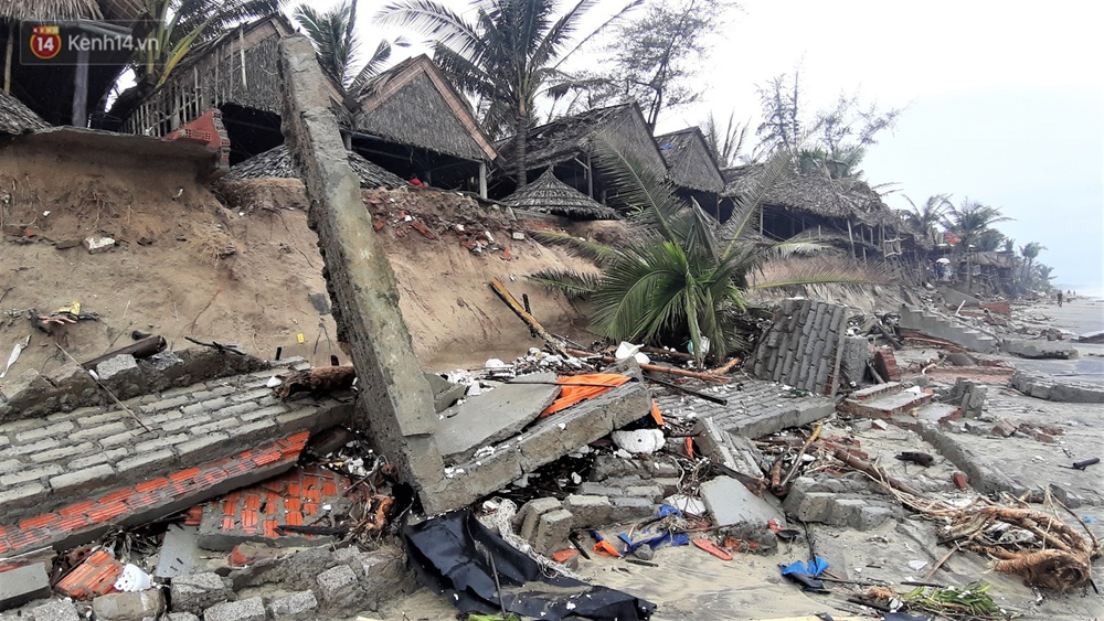 Người dân Hội An thẫn thờ nhìn bờ biển Cửa Đại, An Bàng tan hoang, hàng loạt căn nhà bị sóng biển nuốt chửng - Ảnh 20.