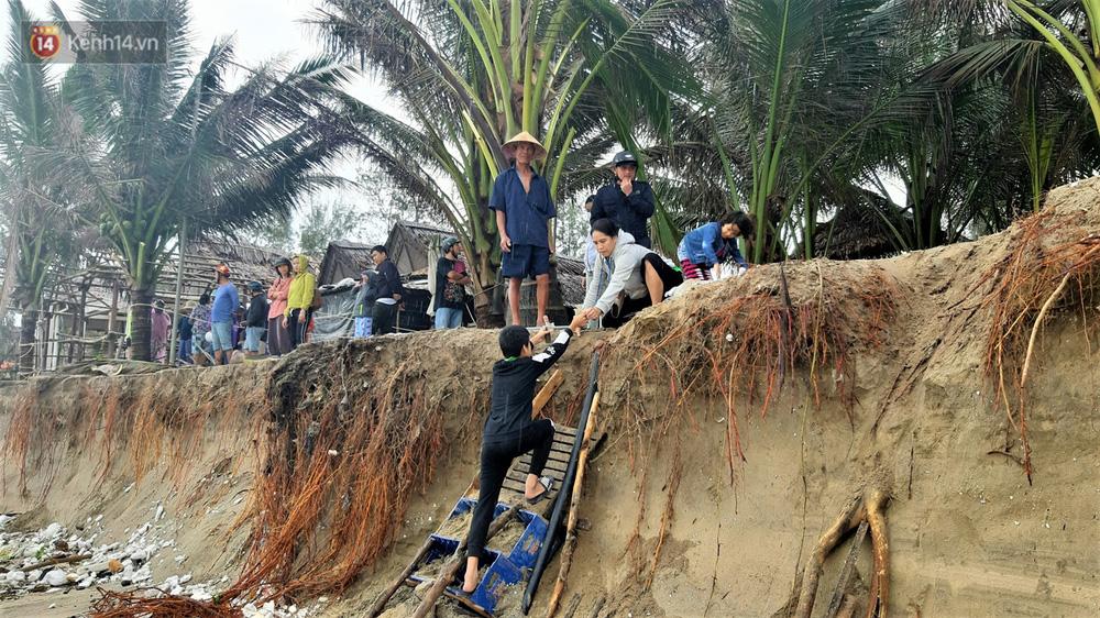 Người dân Hội An thẫn thờ nhìn bờ biển Cửa Đại, An Bàng tan hoang, hàng loạt căn nhà bị sóng biển nuốt chửng - Ảnh 11.