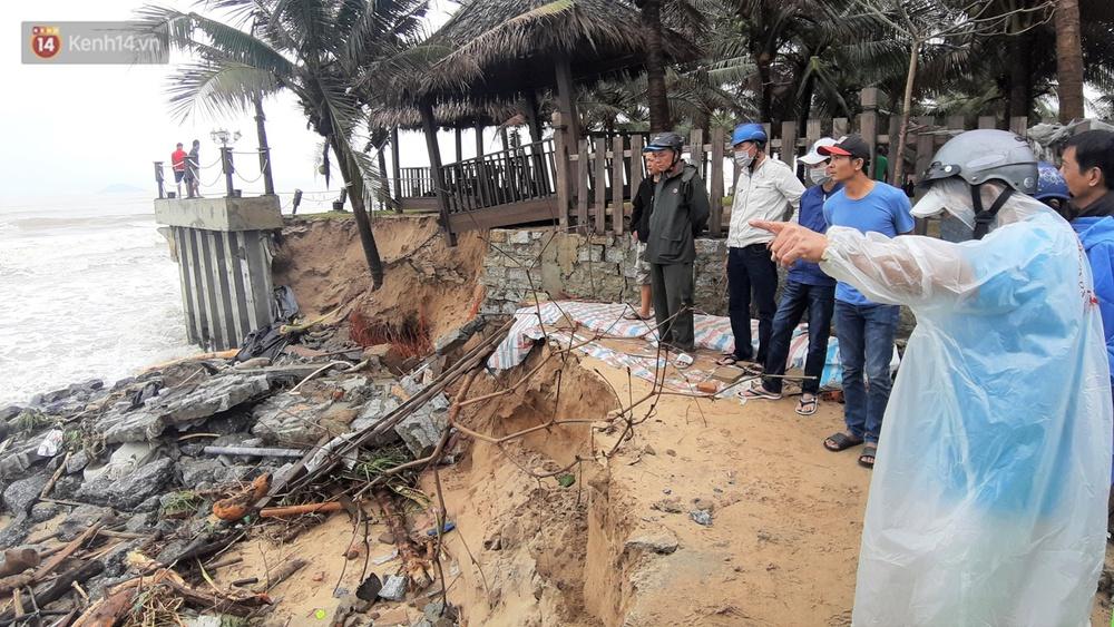 Người dân Hội An thẫn thờ nhìn bờ biển Cửa Đại, An Bàng tan hoang, hàng loạt căn nhà bị sóng biển nuốt chửng - Ảnh 14.