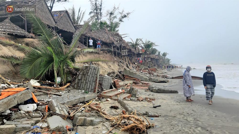 Người dân Hội An thẫn thờ nhìn bờ biển Cửa Đại, An Bàng tan hoang, hàng loạt căn nhà bị sóng biển nuốt chửng - Ảnh 2.
