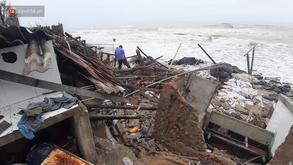 Người dân Hội An thẫn thờ nhìn bờ biển Cửa Đại, An Bàng tan hoang, hàng loạt căn nhà bị sóng biển nuốt chửng - Ảnh 16.