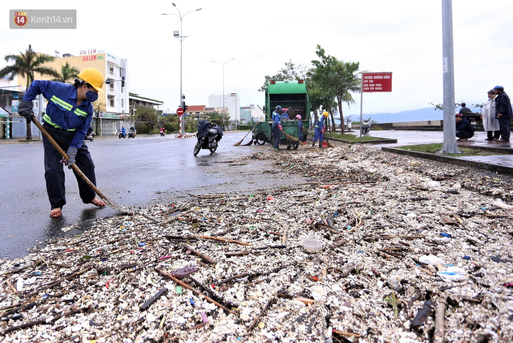 Chùm ảnh: 3.000 tấn rác dạt vào bãi biển Đà Nẵng sau bão số 13 - Ảnh 12.
