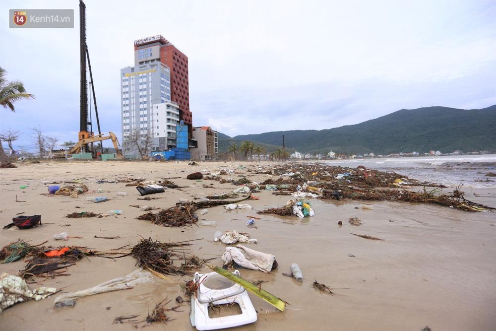 Chùm ảnh: 3.000 tấn rác dạt vào bãi biển Đà Nẵng sau bão số 13 - Ảnh 7.