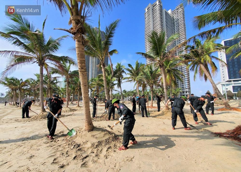 Chùm ảnh: 3.000 tấn rác dạt vào bãi biển Đà Nẵng sau bão số 13 - Ảnh 13.
