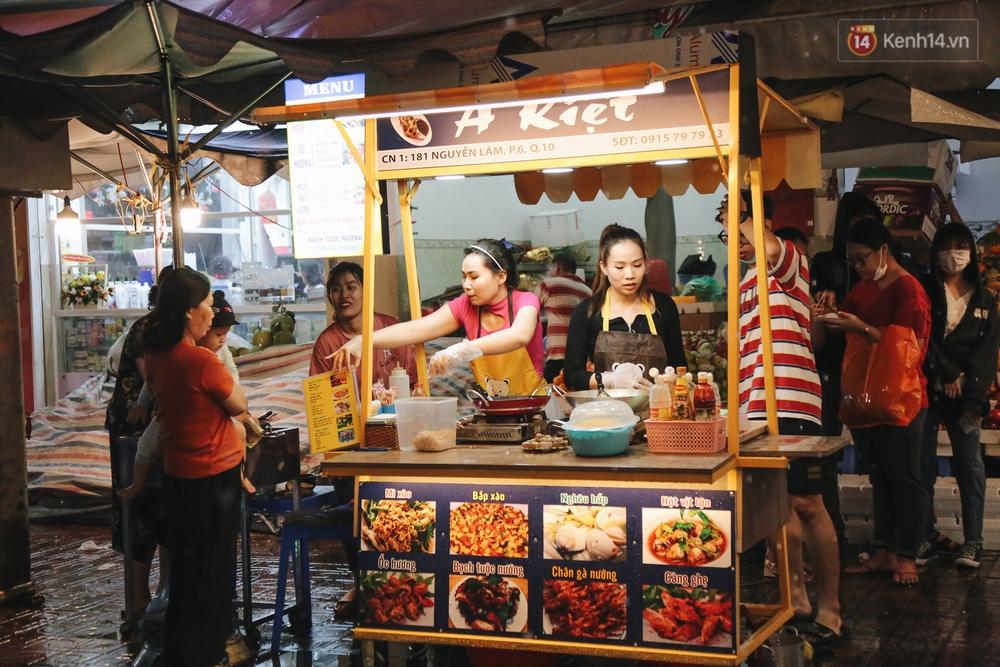 Cận cảnh phố đi bộ đêm thứ 3 vừa hoạt động thử nghiệm ở Sài Gòn - Ảnh 17.