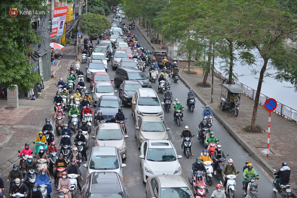 Ảnh: Mưa rét căng đét, nhiều tuyến phố Hà Nội tắc cứng vào sáng sớm, một vài người ngã nhào vì đường trơn - Ảnh 14.
