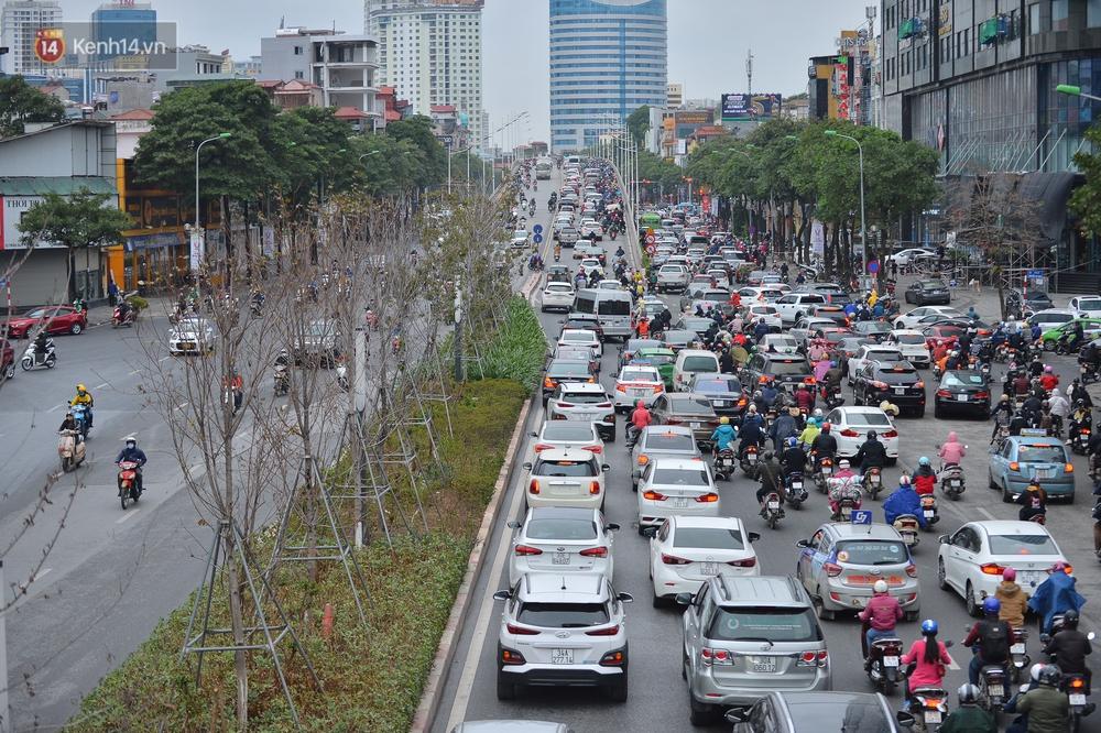 Ảnh: Mưa rét căng đét, nhiều tuyến phố Hà Nội tắc cứng vào sáng sớm, một vài người ngã nhào vì đường trơn - Ảnh 12.
