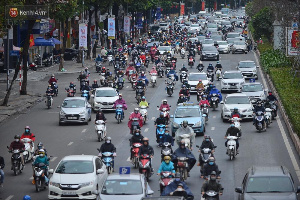 Ảnh: Mưa rét căng đét, nhiều tuyến phố Hà Nội tắc cứng vào sáng sớm, một vài người ngã nhào vì đường trơn - Ảnh 15.