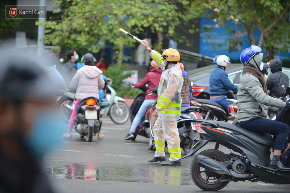 Ảnh: Mưa rét căng đét, nhiều tuyến phố Hà Nội tắc cứng vào sáng sớm, một vài người ngã nhào vì đường trơn - Ảnh 17.