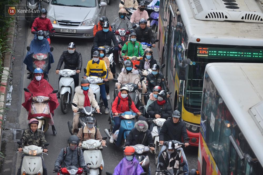 Ảnh: Mưa rét căng đét, nhiều tuyến phố Hà Nội tắc cứng vào sáng sớm, một vài người ngã nhào vì đường trơn - Ảnh 16.