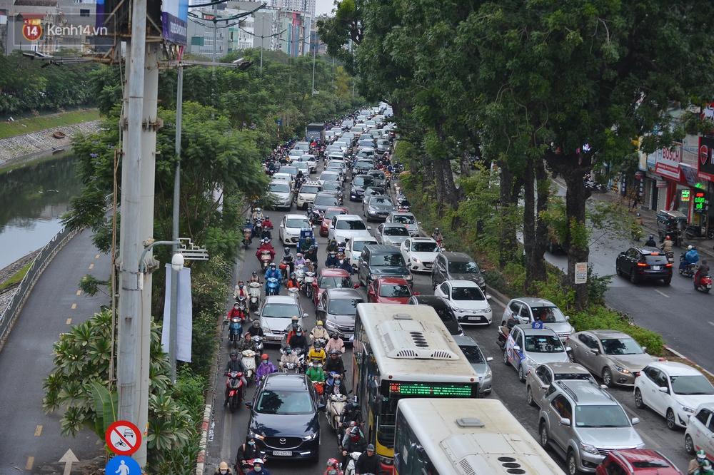 Ảnh: Mưa rét căng đét, nhiều tuyến phố Hà Nội tắc cứng vào sáng sớm, một vài người ngã nhào vì đường trơn - Ảnh 13.