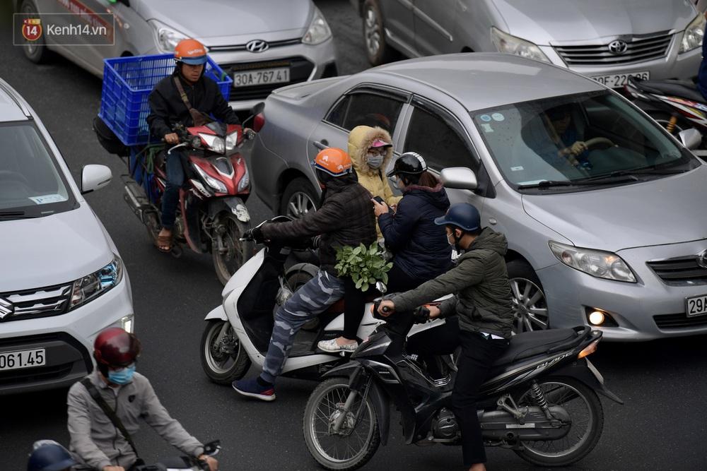 Ảnh: Mưa rét căng đét, nhiều tuyến phố Hà Nội tắc cứng vào sáng sớm, một vài người ngã nhào vì đường trơn - Ảnh 9.