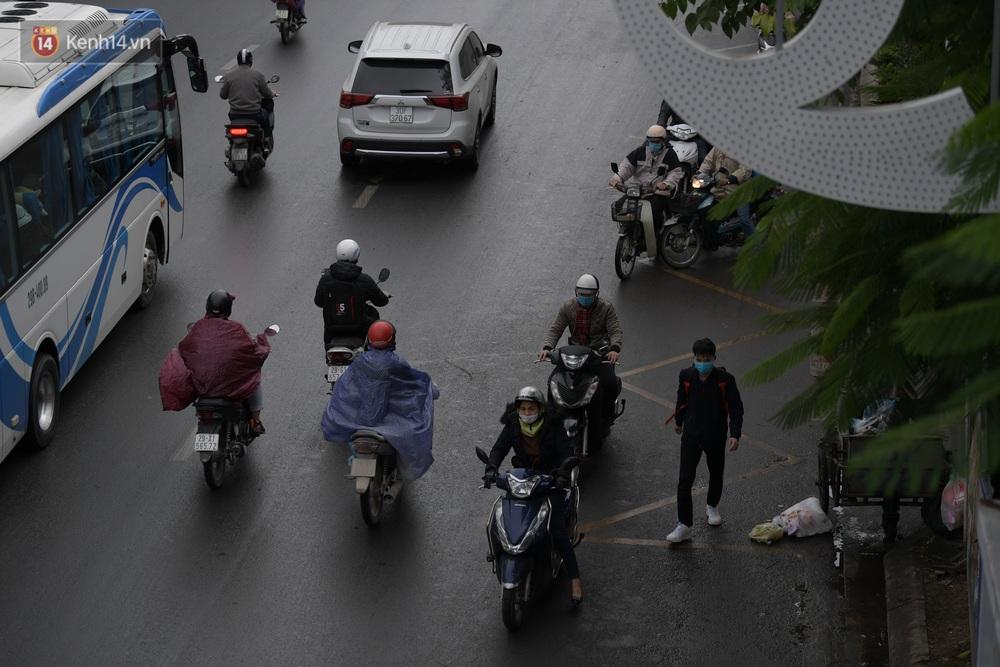 Ảnh: Mưa rét căng đét, nhiều tuyến phố Hà Nội tắc cứng vào sáng sớm, một vài người ngã nhào vì đường trơn - Ảnh 8.
