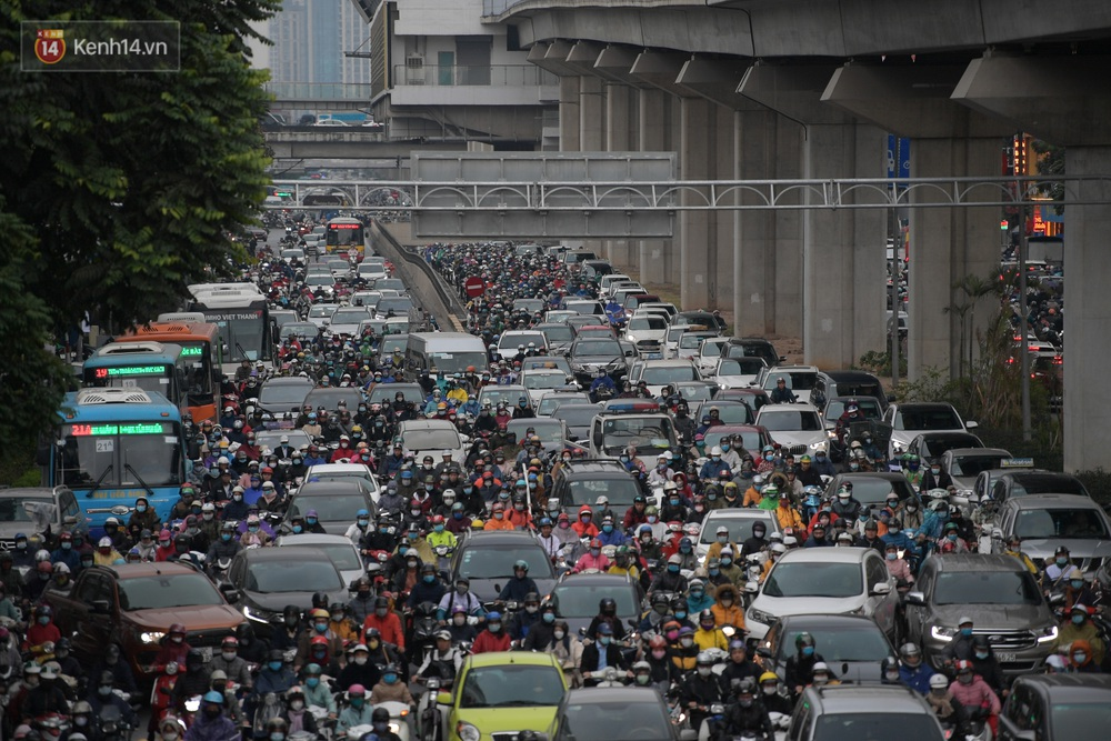 Ảnh: Mưa rét căng đét, nhiều tuyến phố Hà Nội tắc cứng vào sáng sớm, một vài người ngã nhào vì đường trơn - Ảnh 4.