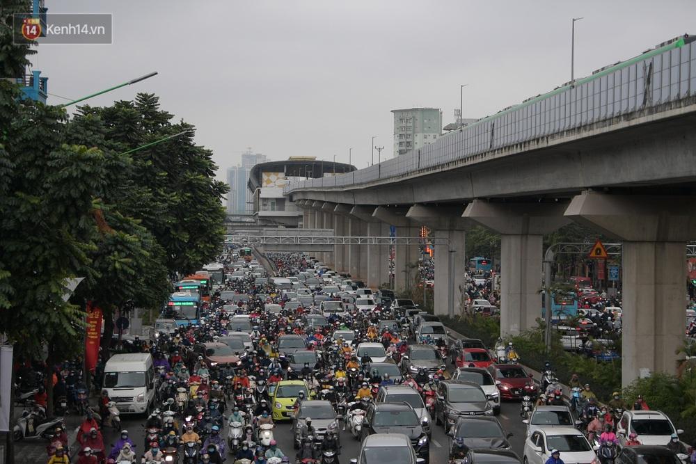 Ảnh: Mưa rét căng đét, nhiều tuyến phố Hà Nội tắc cứng vào sáng sớm, một vài người ngã nhào vì đường trơn - Ảnh 7.