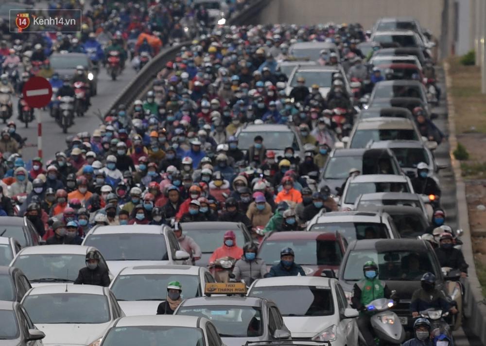 Ảnh: Mưa rét căng đét, nhiều tuyến phố Hà Nội tắc cứng vào sáng sớm, một vài người ngã nhào vì đường trơn - Ảnh 5.
