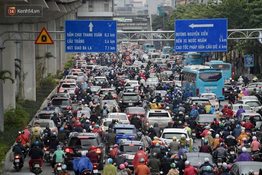 Ảnh: Mưa rét căng đét, nhiều tuyến phố Hà Nội tắc cứng vào sáng sớm, một vài người ngã nhào vì đường trơn - Ảnh 1.