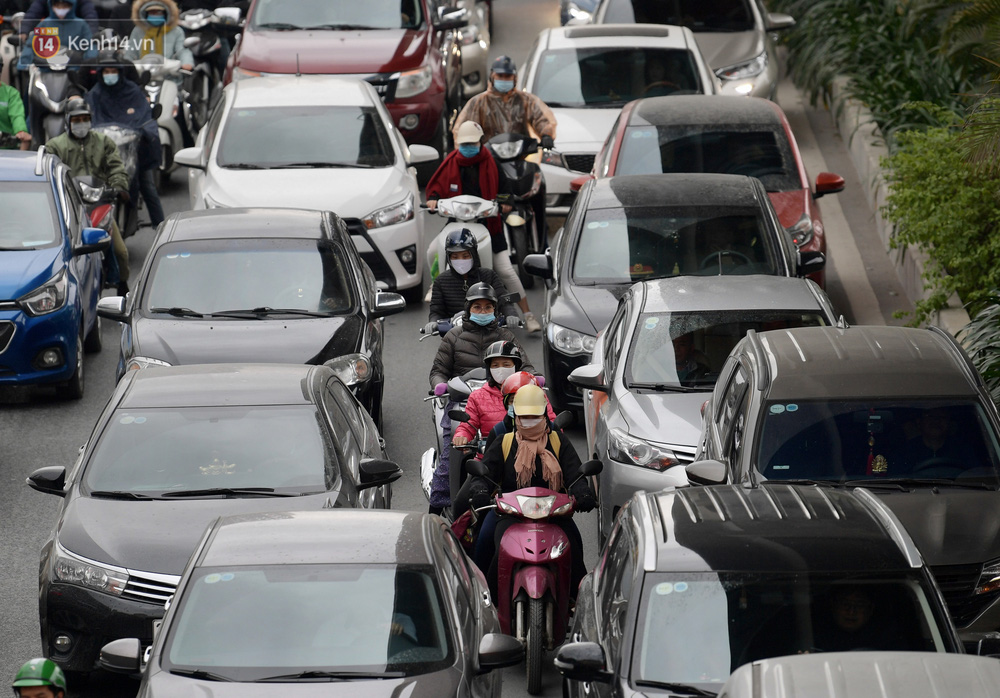 Ảnh: Mưa rét căng đét, nhiều tuyến phố Hà Nội tắc cứng vào sáng sớm, một vài người ngã nhào vì đường trơn - Ảnh 3.