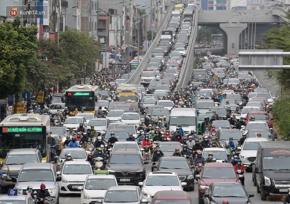 Ảnh: Mưa rét căng đét, nhiều tuyến phố Hà Nội tắc cứng vào sáng sớm, một vài người ngã nhào vì đường trơn - Ảnh 11.