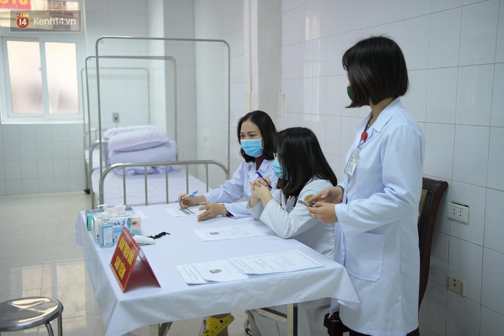 Ảnh, clip: Cận cảnh mũi tiêm vaccine Covid-19 đầu tiên trên người của Việt Nam - Ảnh 5.