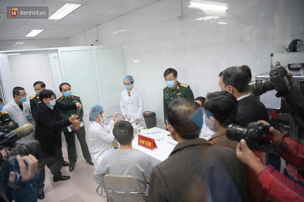 Ảnh, clip: Cận cảnh mũi tiêm vaccine Covid-19 đầu tiên trên người của Việt Nam - Ảnh 6.