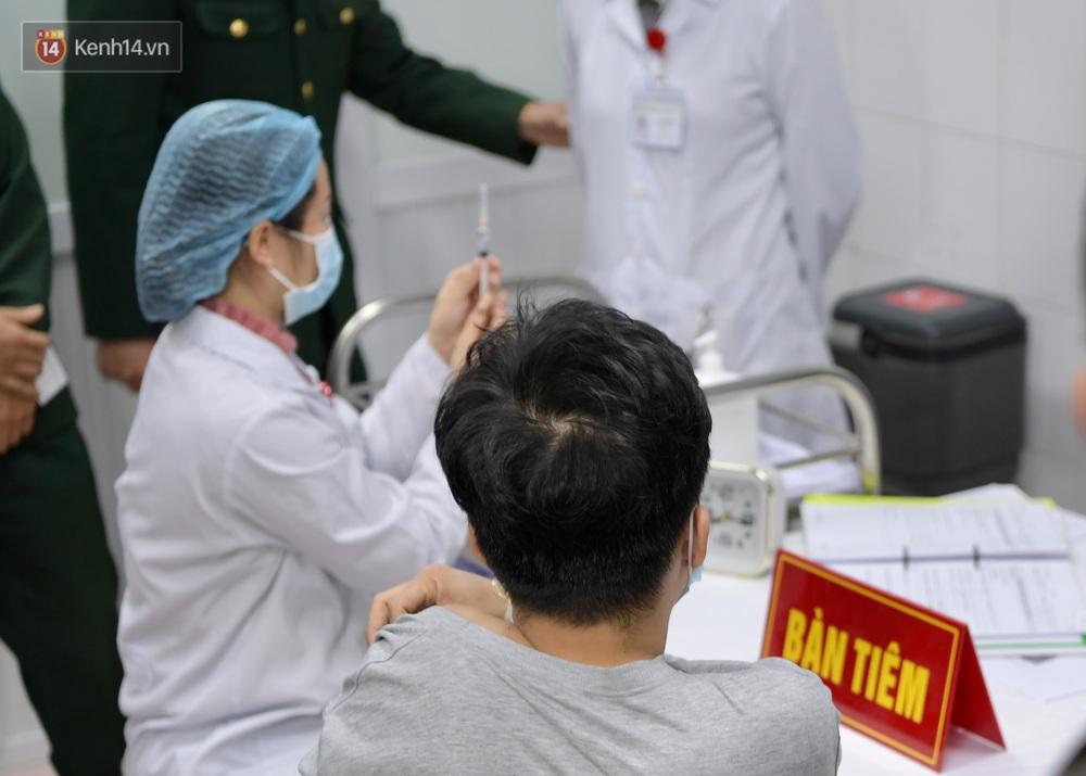 Ảnh, clip: Cận cảnh mũi tiêm vaccine Covid-19 đầu tiên trên người của Việt Nam - Ảnh 7.