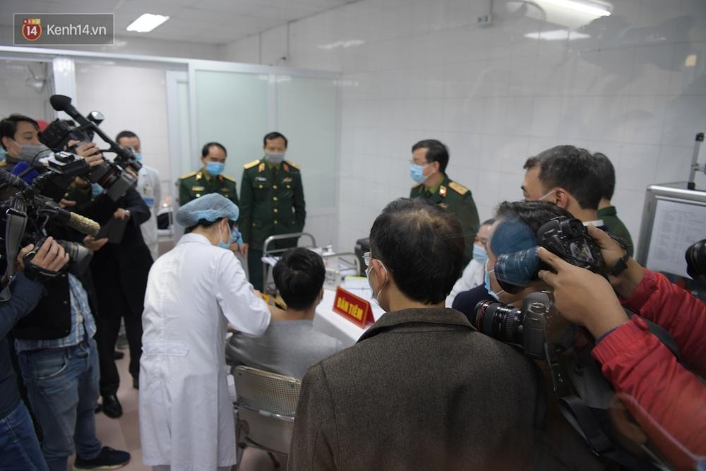 Ảnh, clip: Cận cảnh mũi tiêm vaccine Covid-19 đầu tiên trên người của Việt Nam - Ảnh 10.