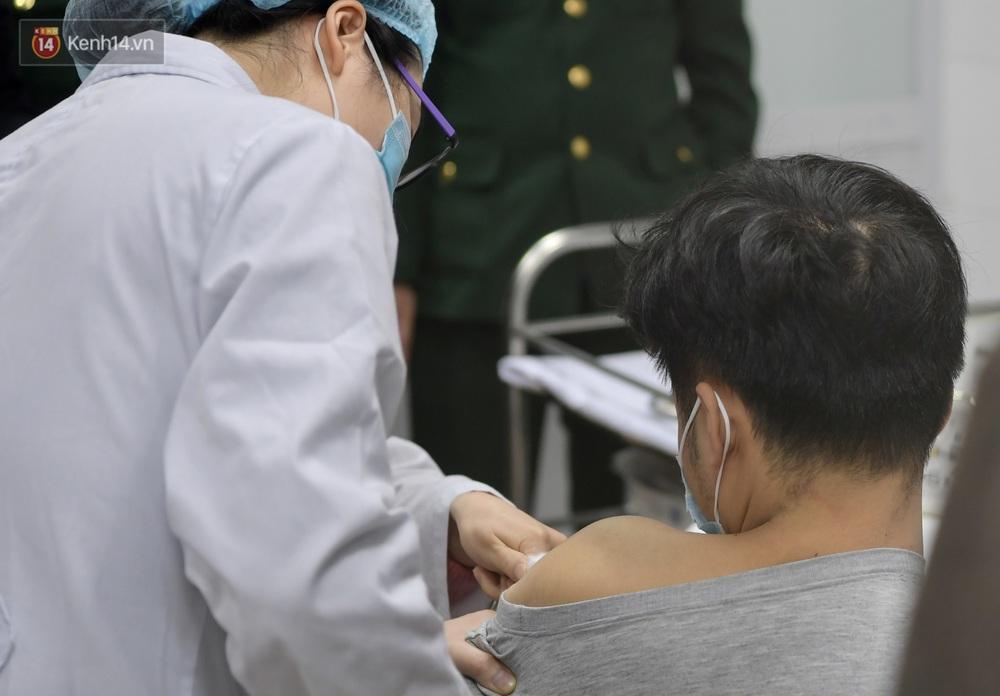Ảnh, clip: Cận cảnh mũi tiêm vaccine Covid-19 đầu tiên trên người của Việt Nam - Ảnh 8.