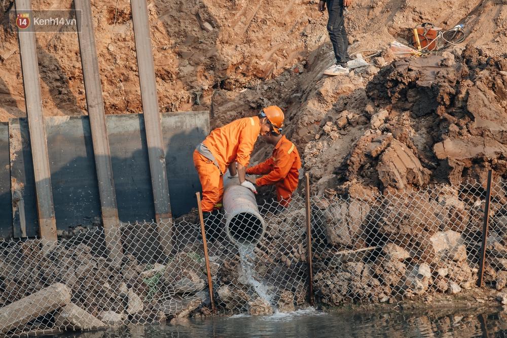Ảnh: Lắp đặt hệ thống cống ngầm được kỳ vọng hồi sinh sông Tô Lịch - Ảnh 3.