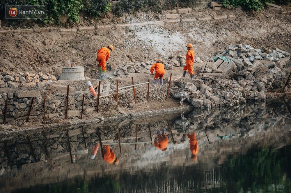 Ảnh: Lắp đặt hệ thống cống ngầm được kỳ vọng hồi sinh sông Tô Lịch - Ảnh 5.