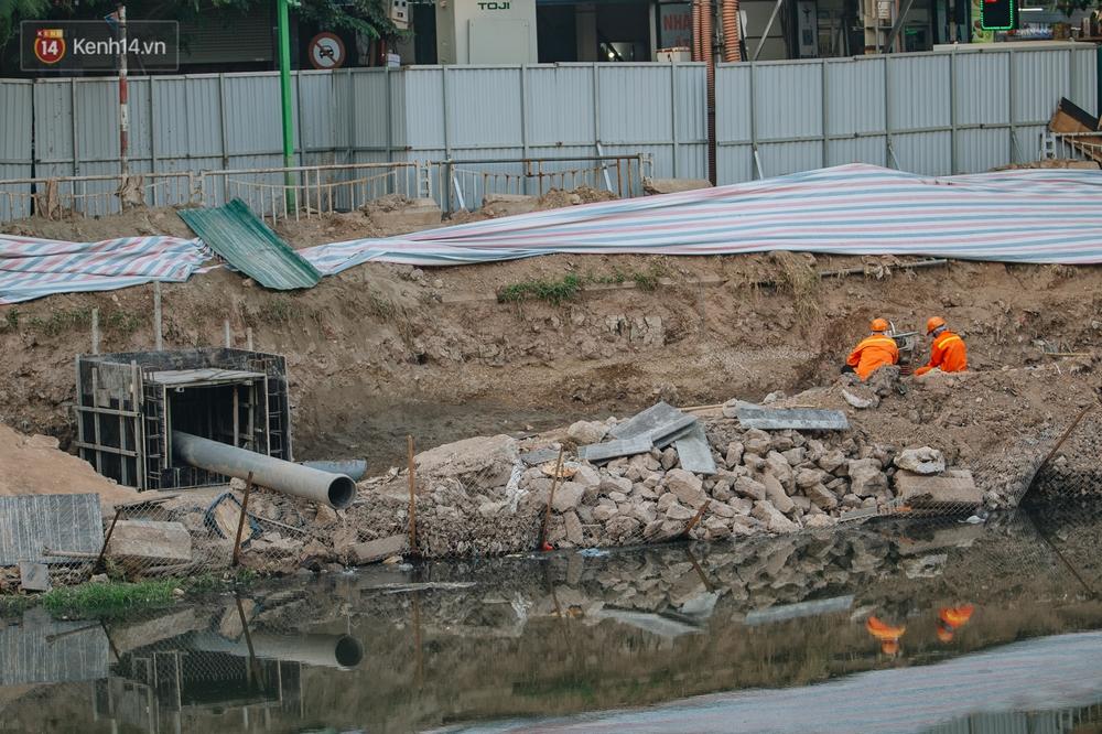 Ảnh: Lắp đặt hệ thống cống ngầm được kỳ vọng hồi sinh sông Tô Lịch - Ảnh 8.