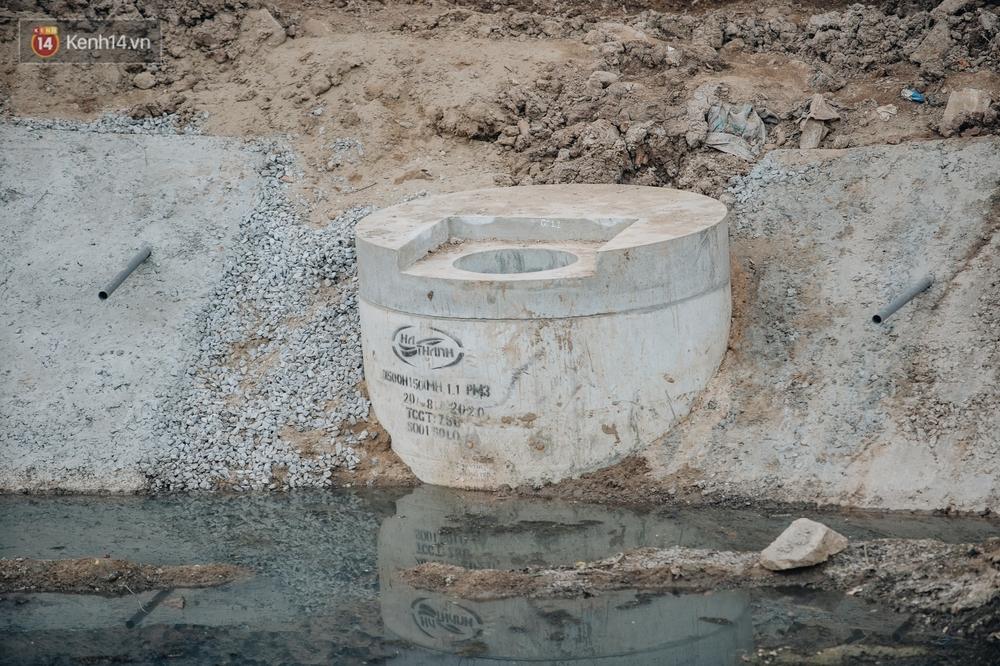 Ảnh: Lắp đặt hệ thống cống ngầm được kỳ vọng hồi sinh sông Tô Lịch - Ảnh 12.